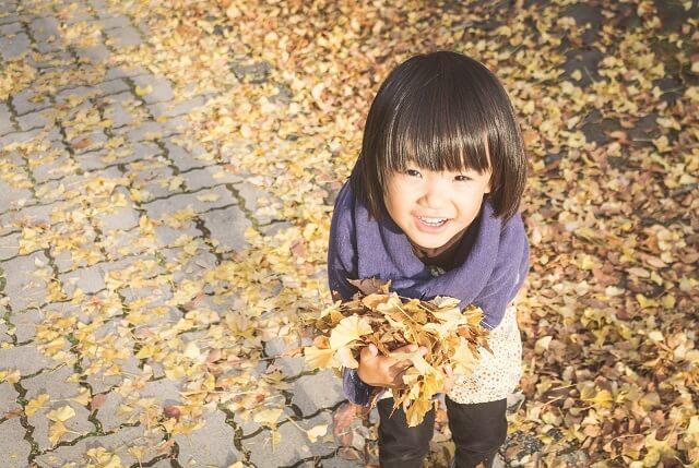 子供と落ち葉