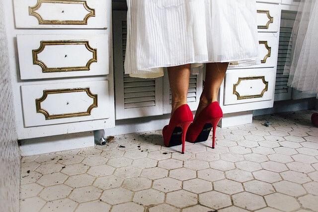 赤いハイヒールの女性