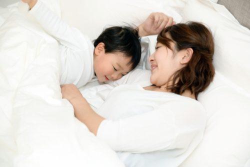 母と子の添い寝